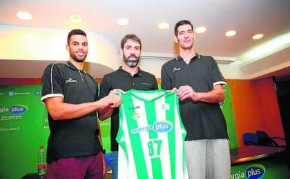 Berni posa junto a dos de las nuevas incorporaciones del equipo: Lockett y Triguero.