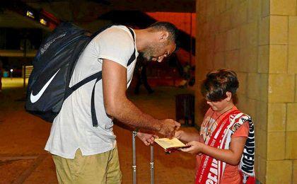 Sirigu ya ha firmado autógrafos a aficionados sevillistas.