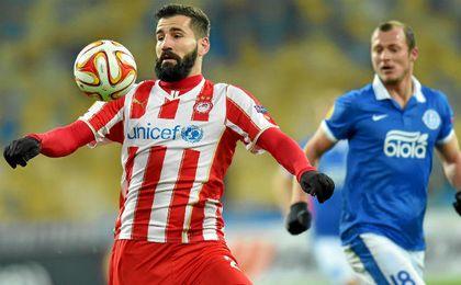 Dimitrios Siovas se lleva un balón en presencia de Zozulia, en un Olympiacos-Dnipro.