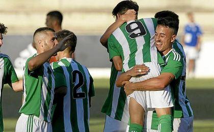 El conjunto verdiblanco celebra el gol de la victoria de Navarro.