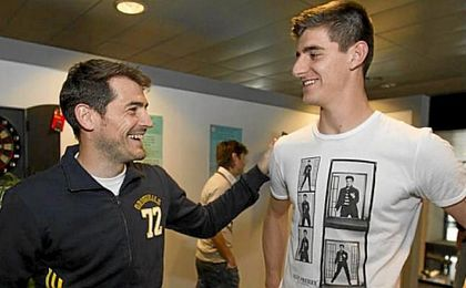 Casillas sonríe junto a Thibaut Courtois.