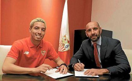 Nasri, junto a Monchi en la firma del contrato.