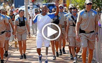 La llama paralímpica avanza rumbo a Río al ritmo de capoeira.