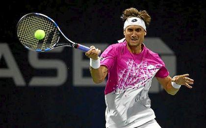David Ferrer golpea la bola en el US Open.
