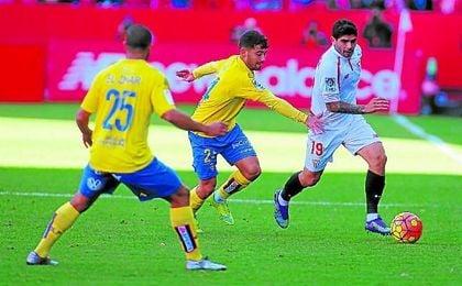Tana presiona a Banega, autor de uno de los goles en el último triunfo sevillista.