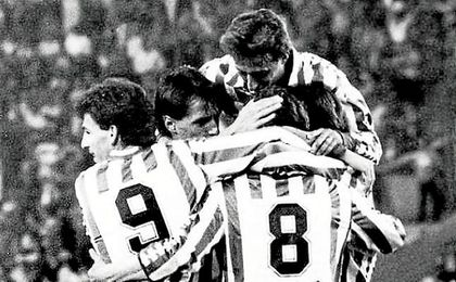 En la imagen, el conjunto verdiblanco celebra uno de los dos goles que anotó aquel 24 de mayo de 1986, fecha en la que consiguió su último triunfo en Mestalla.