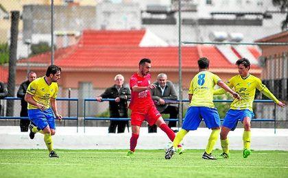 Alberto Vega en un lance del encuentro disputado la pasada temporada frente al Tomares.