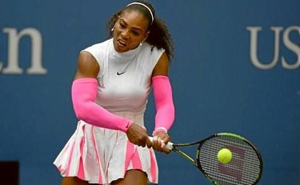 Serena Williams golpea una bola durante el US Open.