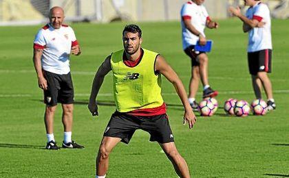 Iborra, en un entrenamiento, bajo la atenta mirada de Sampaoli.