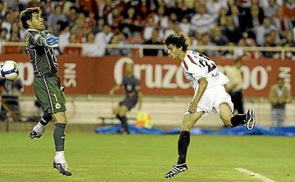 Perotti, remata de cabeza ante Aranzubia en el Sevilla-Deportivo de la 08/09.