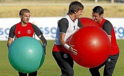 Javi Varas, junto a Julián y Sergio Rico en un entrenamiento.