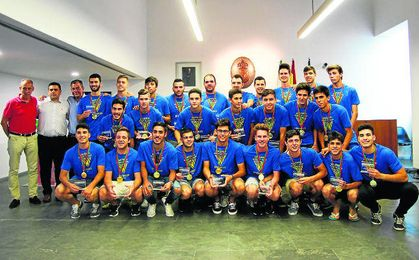 Los juveniles tomareños, con el alcalde de la localidad aljarafeña.