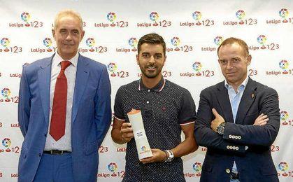 Ángel recibe el galardón de mejor jugador de agosto.