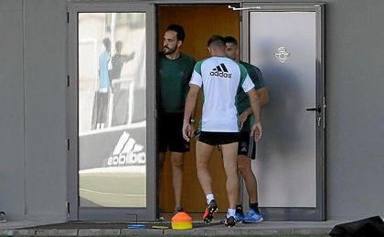 El jugador del Betis, Joaquín Sánchez,se retira al vestuario antes de acabar la sesión de entrenamiento.