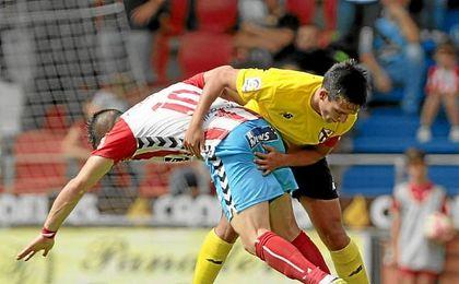 Cotán lucha por el esférico ante un rival lucense.