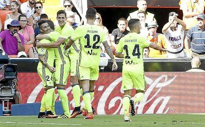 Alegría celebra, junto a sus compañeros, uno de los goles del Betis en Mestalla.