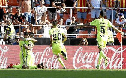 Petros corre para celebrar uno de los goles de Rubén Castro.