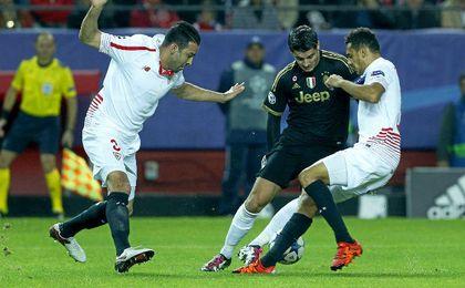 Álvaro Morata disputa un balón con la defensa sevillista.