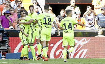 En la imagen, los futbolistas verdiblancos celebran uno de los dos tantos del canario ayer.