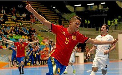 Aicardo celebra uno de sus dos goles ante Irán.