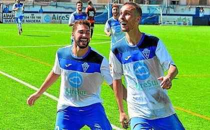 Los futbolistas del Castilleja se acercan a felicitar a Carlitos tras su gol a la Lebrijana.