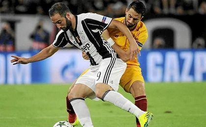 Higuaín y Pareja pelean por un balón.