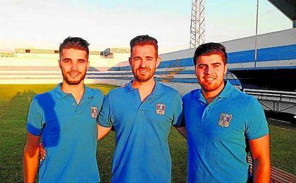 Antonio Bueno y Juan Anguas flanquean en el césped del Manuel Leonardo Ventura a su entrenador, José Julio Monsalves.