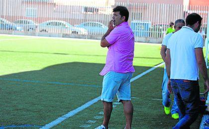 José Santizo, entrenador del Rinconada, atento a sus hombres ante el Brenes.