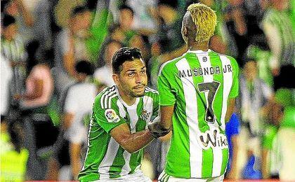 En la imagen, Petros y Musonda, dos de los 12 futbolistas foráneos pertenecientes a la plantilla bética.