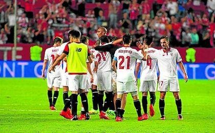 Los jugadores sevillistas se felicitan.