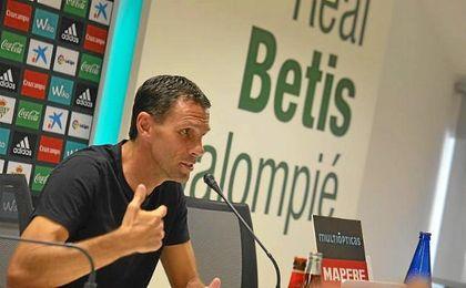 El entrenador del Betis, Gustavo Poyet, en rueda de prensa que está ofreciendo previa al partido ante el Málaga.