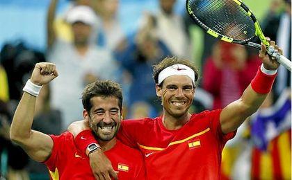 Nadal y Marc López celebran un punto en Río 2016.