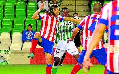 La mano de Filipe Luis contra el Betis que no consideró punible Álvarez Izquierdo.