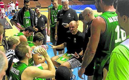 Tabak da instrucciones a los jugadores verdiblancos durante el entrenamiento con el Benfica en San Pablo.