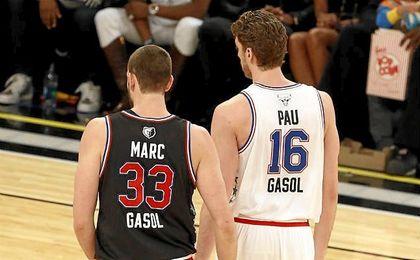 Pau y Marc Gasol durante el All-Star NBA.