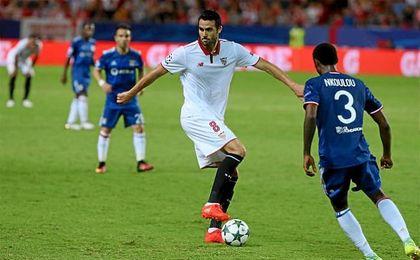 Vicente Iborra, en el partido de ayer ante el Olympique de Lyon.