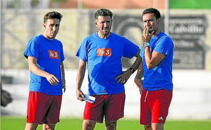 Diego Román, entrenador del Gerena (en el centro), junto a parte de su cuerpo técnico, durante un entrenamiento de los mineros.