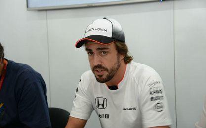 Fernando Alonso atendiendo a los medios.