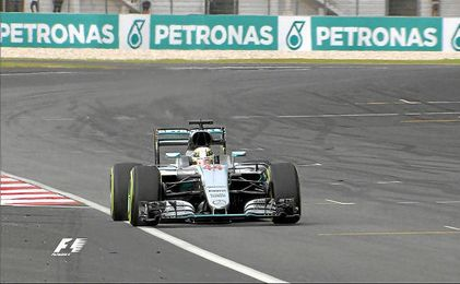 Lewis Hamilton rodando en el circuito de Malasia.