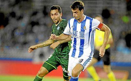 Petros presiona a Xabi Prieto.