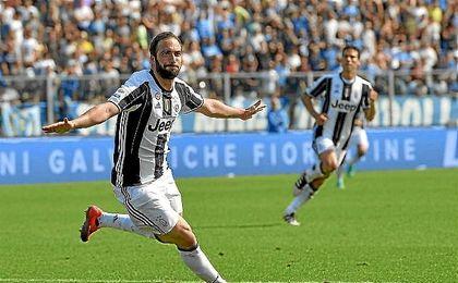 Higua�n celebra uno de sus dos goles ante el Empoli.