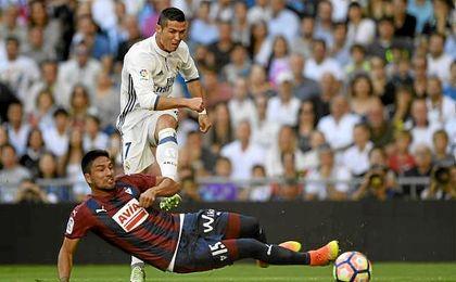 Mauro Dos Santos se cruza ante un disparo de Cristiano Ronaldo.