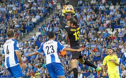 Diego López ataja un balón en el partido de esta noche.