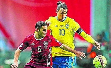 Riza Durmisi protege el bal�n ante Zlatan Ibrahimovic en un encuentro reciente.