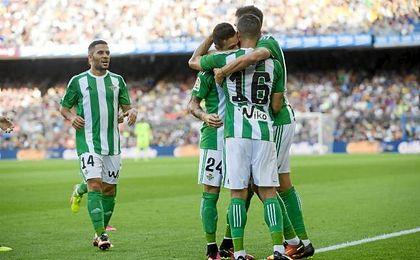 Los jugadores del Betis celebran el tanto de Rubén Castro en el Camp Nou.
