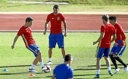 Vitolo, junto a Ander Herrera en un rondo del entrenamiento.