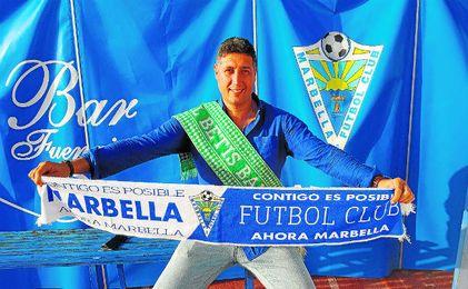 Teo Bravo con la bufanda del Marbella.