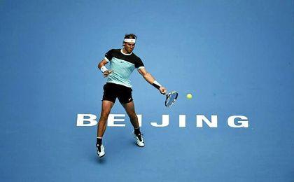 Rafa Nadal golpea una bola en Pekín.