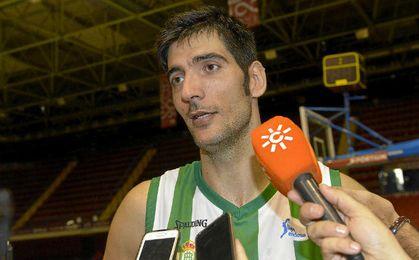 Juanjo Triguero atendiendo a la prensa.