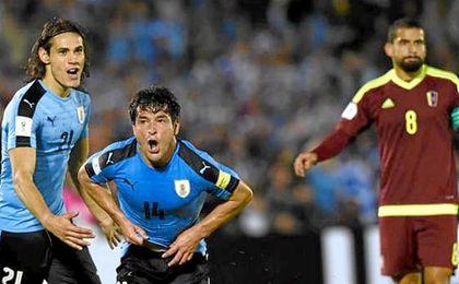 Lodeiro y Cavani celebran el gol conseguido ante Venezuela.